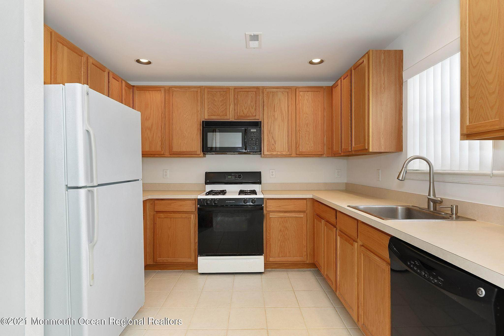 9. Condominiums for Sale at 35 Catherine Court Laurence Harbor, New Jersey 08879 United States