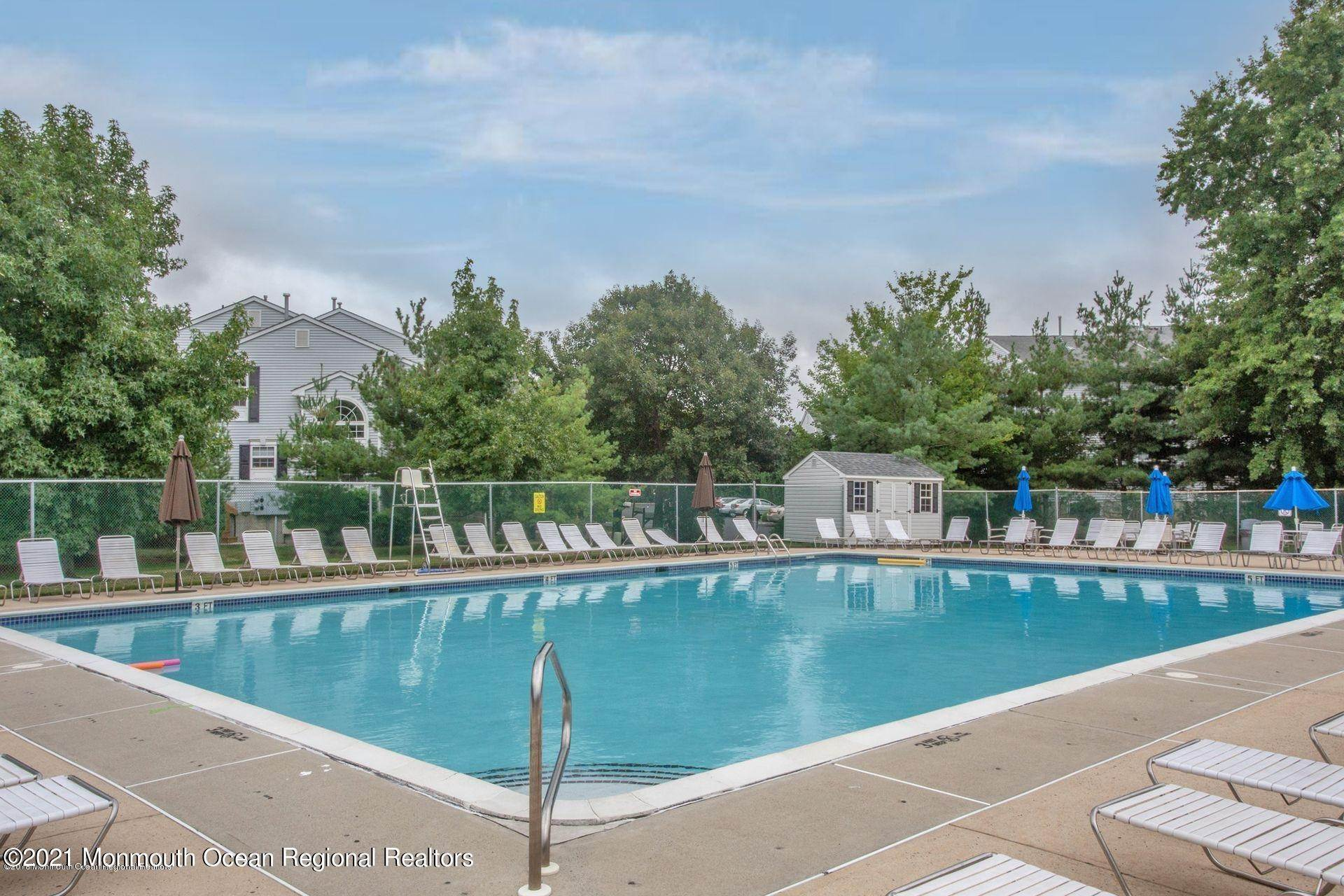 20. Condominiums for Sale at 35 Catherine Court Laurence Harbor, New Jersey 08879 United States
