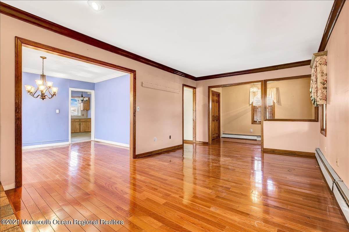 7. Single Family Homes for Sale at 19 Oak Terrace Neptune City, New Jersey 07753 United States