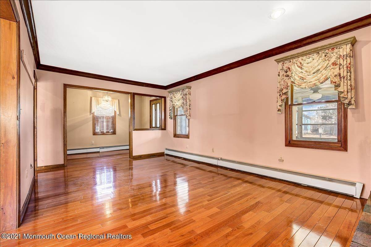 8. Single Family Homes for Sale at 19 Oak Terrace Neptune City, New Jersey 07753 United States