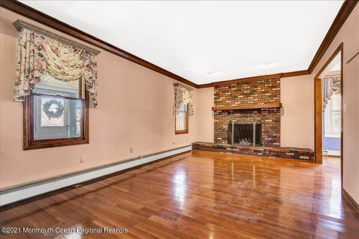 5. Single Family Homes for Sale at 19 Oak Terrace Neptune City, New Jersey 07753 United States