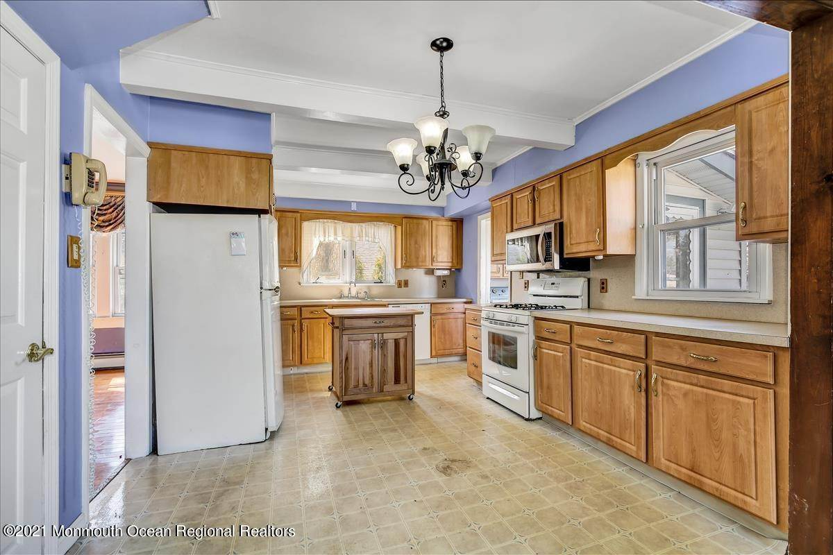 15. Single Family Homes for Sale at 19 Oak Terrace Neptune City, New Jersey 07753 United States