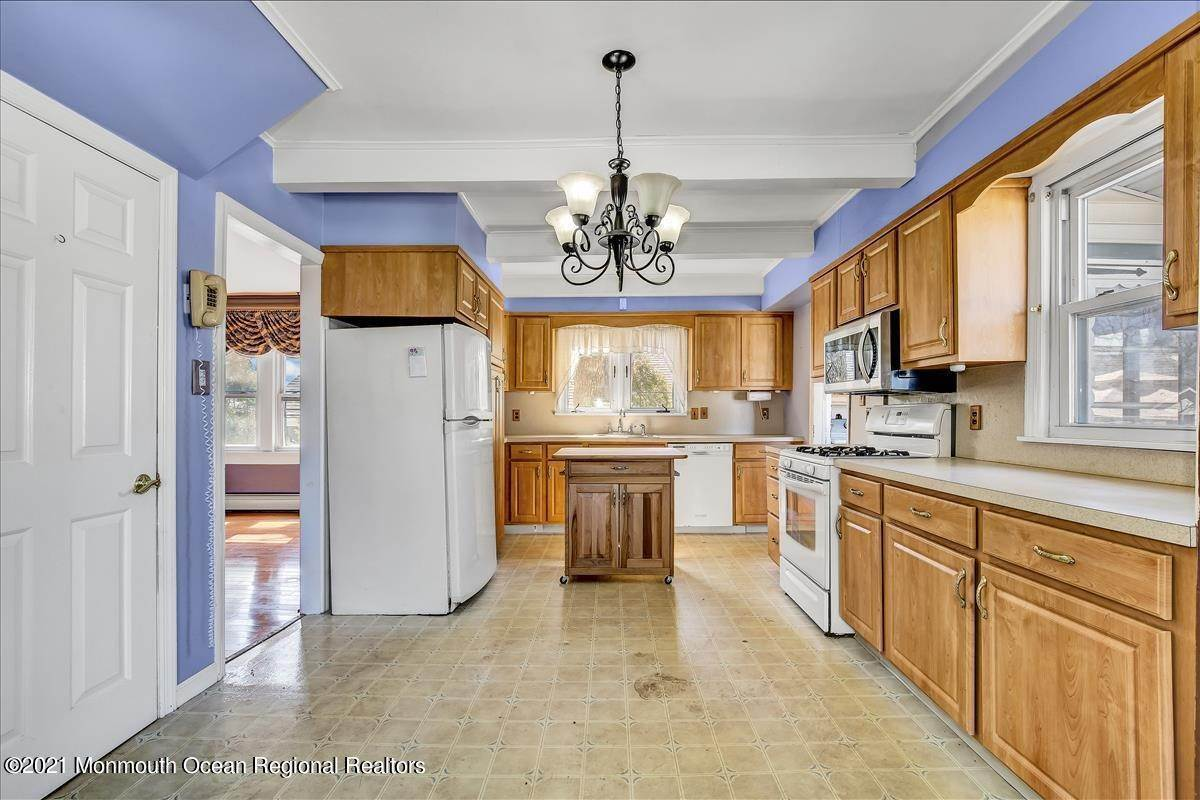 16. Single Family Homes for Sale at 19 Oak Terrace Neptune City, New Jersey 07753 United States