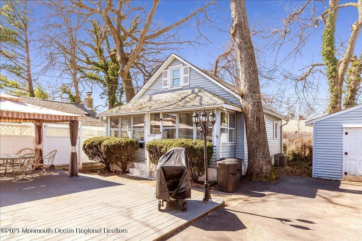 37. Single Family Homes for Sale at 19 Oak Terrace Neptune City, New Jersey 07753 United States