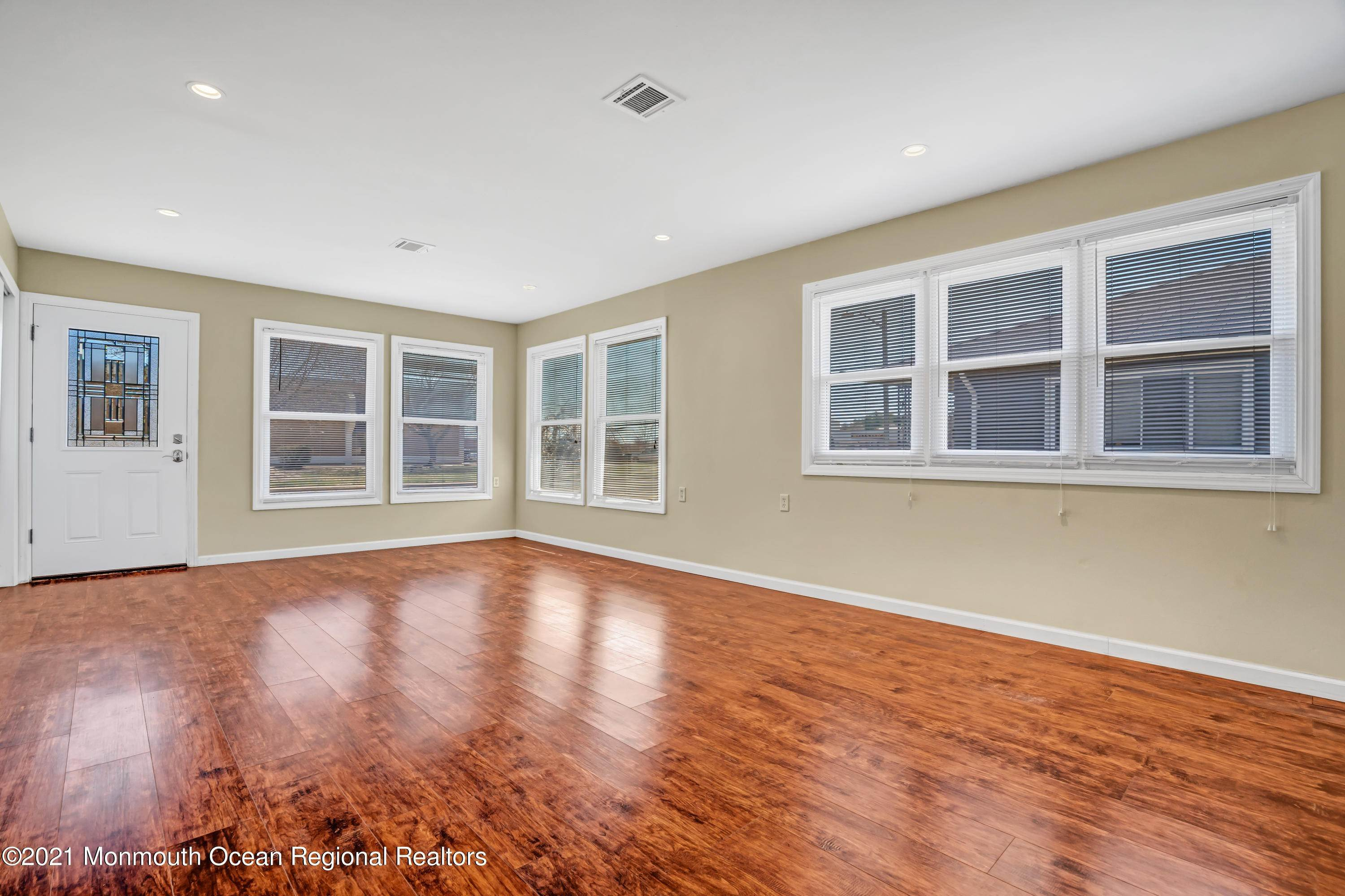 7. Single Family Homes for Sale at 733 Jamaica Boulevard Toms River, New Jersey 08757 United States