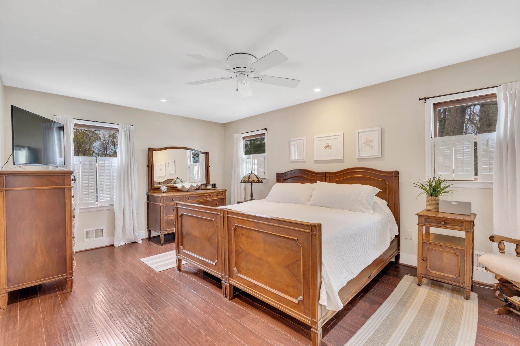34. Single Family Homes for Sale at Delightful Colonial 41 Pinewood Drive Neptune, New Jersey 07753 United States