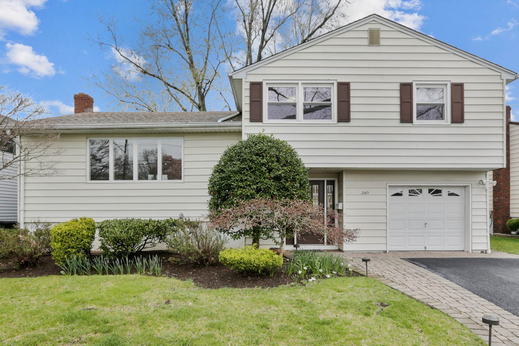 Single Family Homes for Sale at Sun Filled Three Bedroom Split Level 2471 Terrill Road Union, New Jersey 07083 United States